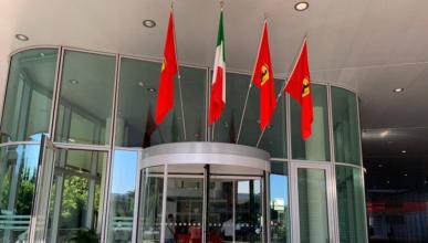 Banderas de Ferrari en Maranello