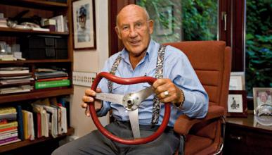 Stirling Moss y el volante abollado de su famoso accidente