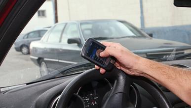 3.387 denuncias por usar el móvil al volante