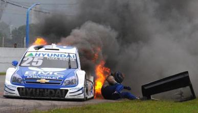 Un piloto salta de su coche en llamas