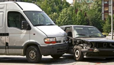 Accidente entre una furgoneta y un coche