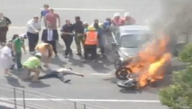 Atrapado bajo un coche en llamas