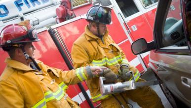 Los bomberos aprenden cómo actuar en accidentes de híbridos