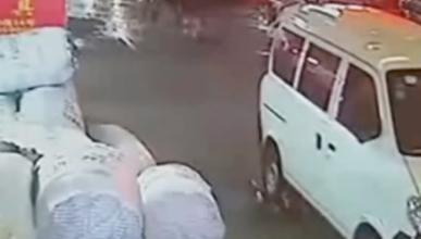 Accidente en China: una niña es atropellada dos veces