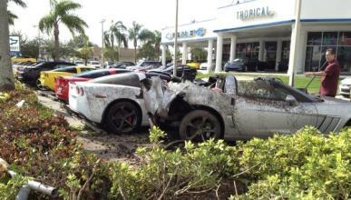 Un conductor ebrio choca contra una fila de Corvette nuevos