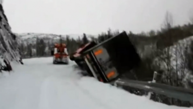 Un camión en Noruega se despeña y el conductor sobrevive