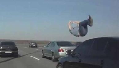 El peligro de bajarte del coche: atropello en la autopista