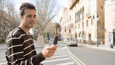 La Policía multa a los peatones que escriban con el móvil
