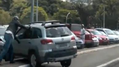 Un motorista atropellado intenta agredir a la conductora