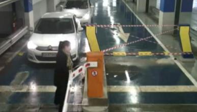 Una conductora derriba la barrera de un aparcamiento