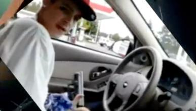 Conduce con una pistola, una ametralladora y dos dedos