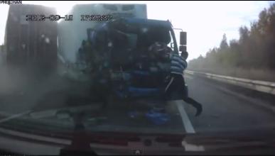 Accidente entre dos camiones con increíble final