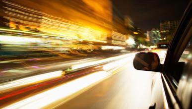 Detenido por circular a 120 km/h con una persona en el capó