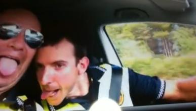 Dos policías, suspendidos por bailar en el coche patrulla