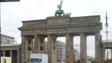 Un joven estrella un BMW contra la Puerta de Brandemburgo
