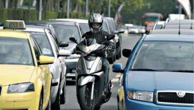 Vídeo: el conductor de un SUV golpea a un motorista y huye
