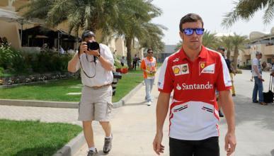 Fernando Alonso, 'cazado' paseando con su novia por Gijón
