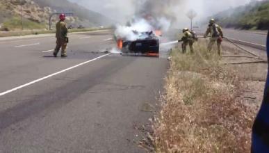 Un camión que llevaba Lamborghini y Ferrari sale ardiendo