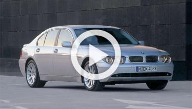 Destroza su BMW 750Li en un paso a nivel