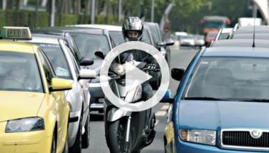 Un motorista conduce 'a lo loco' por las calles de Brasil