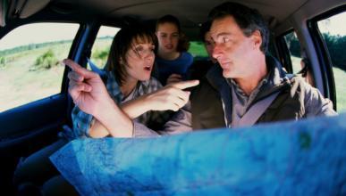 Salta del coche en marcha por una discusión con su novia
