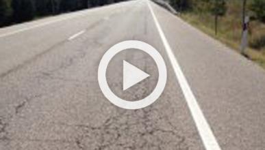 La carretera explota delante de un coche