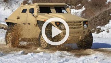Vídeo: lanzan camiones militares desde un avión