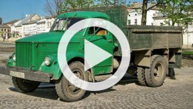 Vídeo: un camión de rally se lleva un árbol por delante
