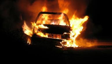 Estrellan su coche en la nieve y lo incendian