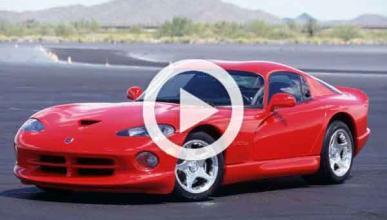 Vídeo: un Dodge Viper es destrozado por unas tenazas