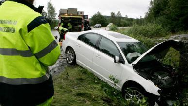 Embiste un coche de la Guardia Civil al ver el radar