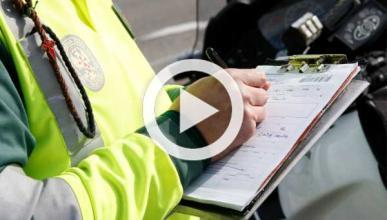 Vídeo: pillado un policía jugando al póker mientras conduce