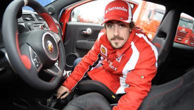 Fernando Alonso firmando Abarth 695 Tributo Ferrari