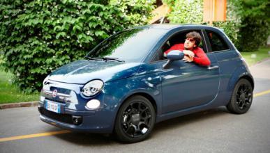 Fernando Alonso conduce el Fiat 500 Twin Air