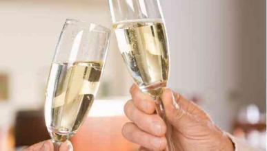 A Miss Estados Unidos le gusta beber champán al conducir