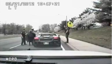 La Policía para a Batman en un Lamborghini