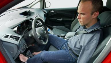 El primer conductor europeo sin brazos recibe un Ford C-Max