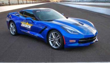 Un Impala choca contra tres Corvette Stingray nuevos