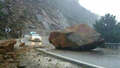 Cae una roca gigante en una carretera de Málaga