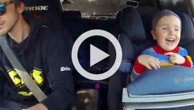 Un niño disfruta en el coche mientras su padre hace drift