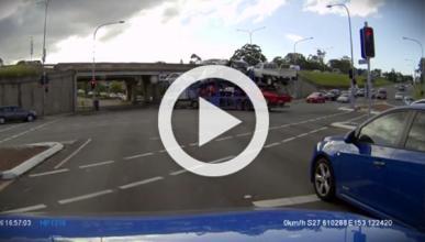 Un camión con coches se empotra en un túnel