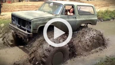 Un Chevrolet Blazer... ¡que nada en el lodo!
