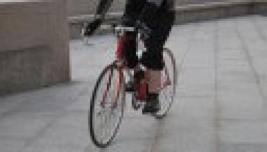 Vídeo: un ciclista la lía en una carretera de Londres
