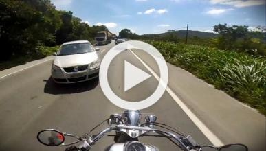 Un motorista graba cómo se salva de morir por poco