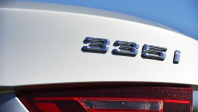 Espectacular: un BMW 335i atravesado por un guardarraíl