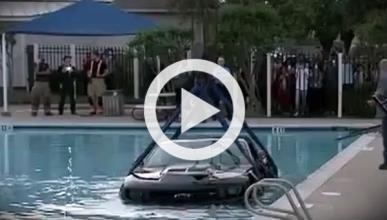 Un texano estrena su Camaro ZL1 metiéndolo en una piscina