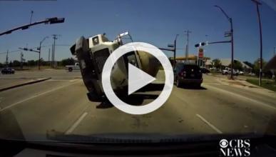 Una 'dashcam' graba cómo un camión choca contra un coche