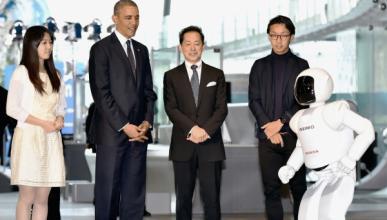 El Robot ASIMO de Honda juega al fútbol con Obama