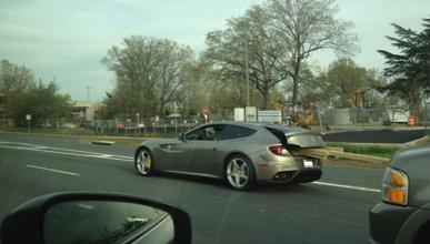 Usa un Ferrari FF para transportar tablones de madera