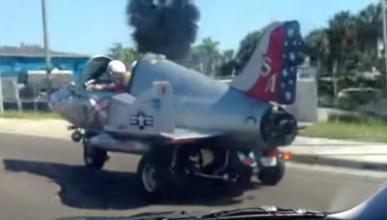 Vídeo: circula con su avión de combate por la autopista